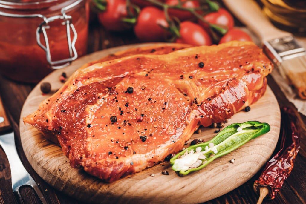 Marinaden - auf diesem Bild sieht man ein mariniertes Stück Fleisch
