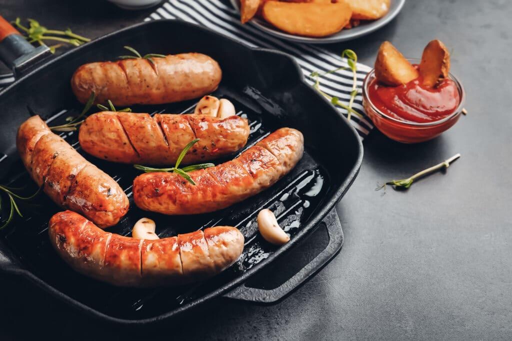 Bratwurst-Gewürz - auf diesem Bild sieht man Bratwürstchen in der Pfanne
