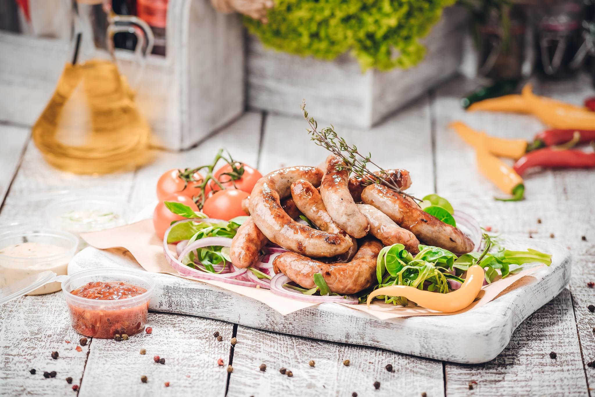Bratwurst-Gewürze - dieses Bild zeigt kleine Bratwürstchen