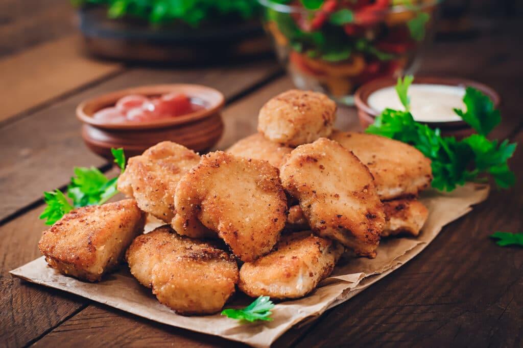 Panaden - dieses Bild zeigt Chicken Nuggets mit einer schönen braunen und knusprigen Panade