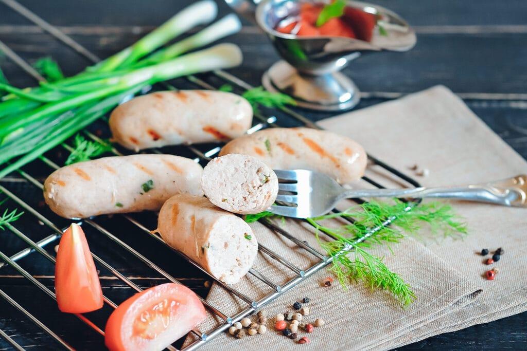 Bratwurst-Gewürze - auf diesem Bild sieht man eine aufgeschnittene Bratwurst