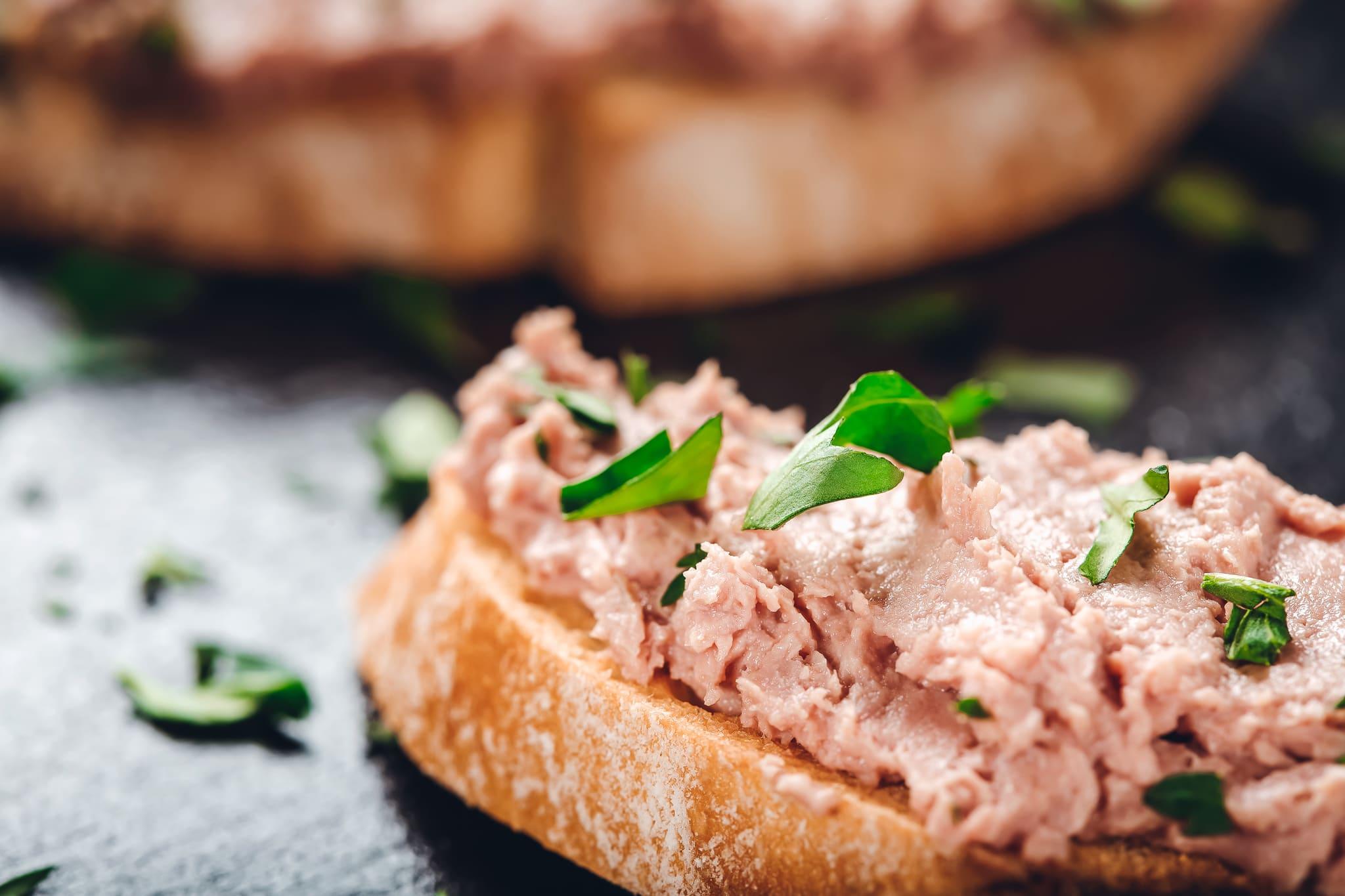 Leberwurst-Gewürze: dieses Bild zeigt eine feine Leberwurst auf einem Brot.
