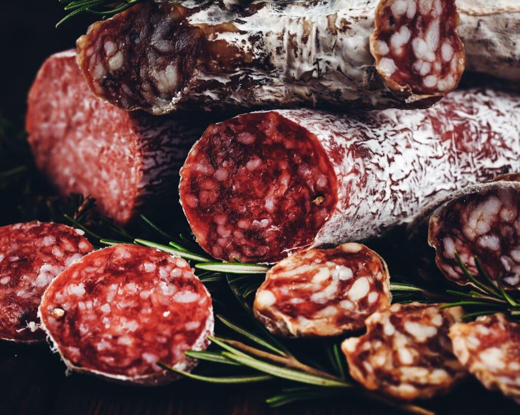 Rohwurst-Gewürze: dieses Bild zeigt kleine Salamis