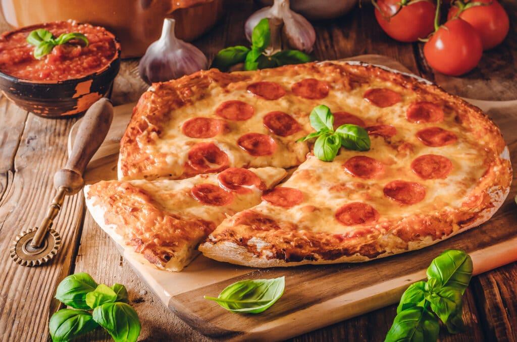Rohwurst-Gewürze: dieses Bild zeigt eine Pizza mit Pepperoni-Wurst