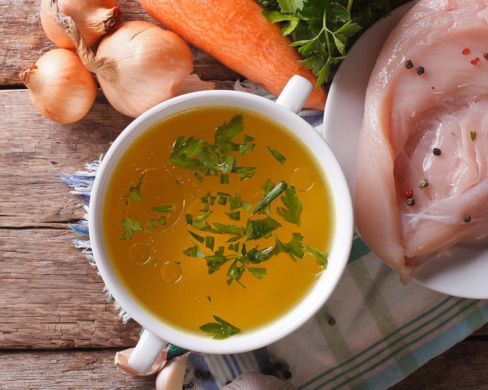 Bouillon: dieses Bild zeigt eine Suppenschüssel mit einer Bouillon