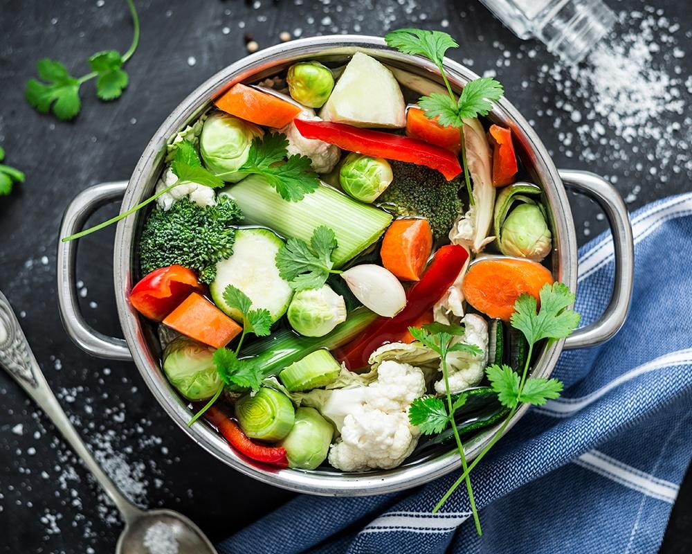 Bouillon: dieses Bild zeigt einen Topf mit einer Gemüsebouillon